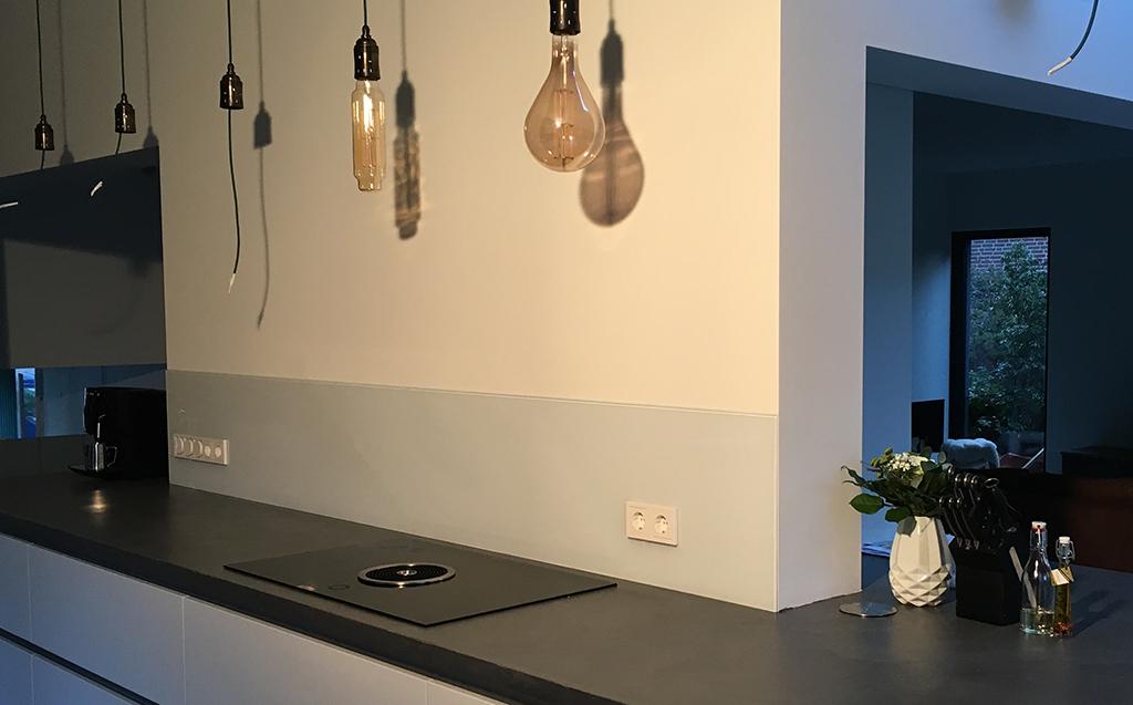Spatscherm Keuken Glas : Glazen keukenwanden dennissen schilderwerken glasisolatie